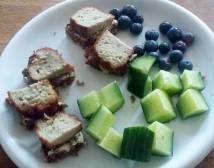 fiskedelle på rugbrod med agurk og blåbær