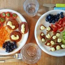 fiskedeller med tomat, agurk eller gulerod og blåbær